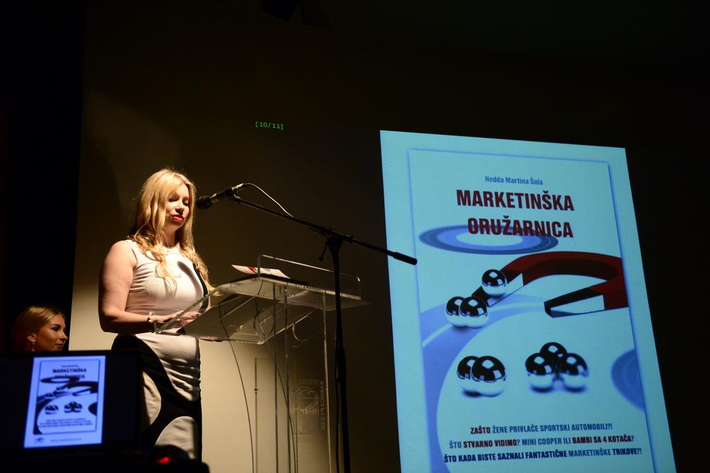Hedda Martina Sola bei einem Vortrag